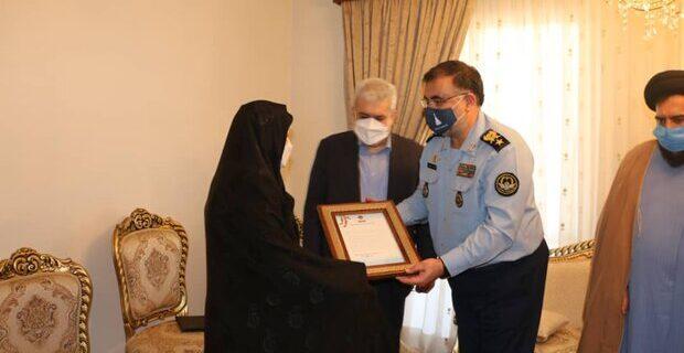 فرمانده «نهاجا» با خانوادههای شهیدان ستاری و اقبالی دیدار کرد